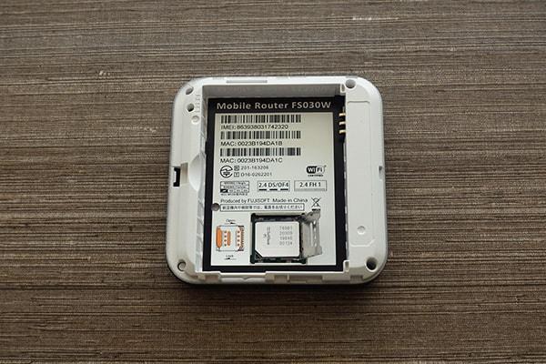 ネクストモバイルのルーター「FS030W」にのSIMカードを装着