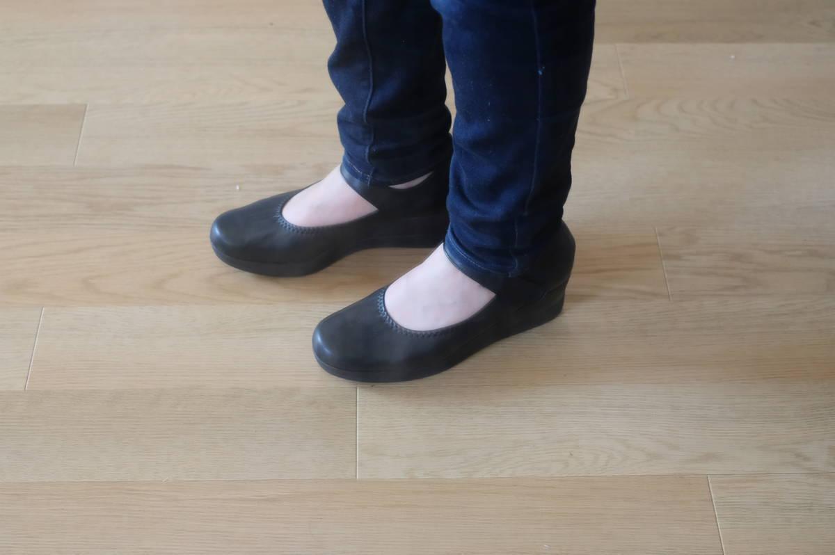 痛くならない幅狭靴!ストラップ付きで安心の「ファーストコンタクトのパンプス」【実物レビュー】