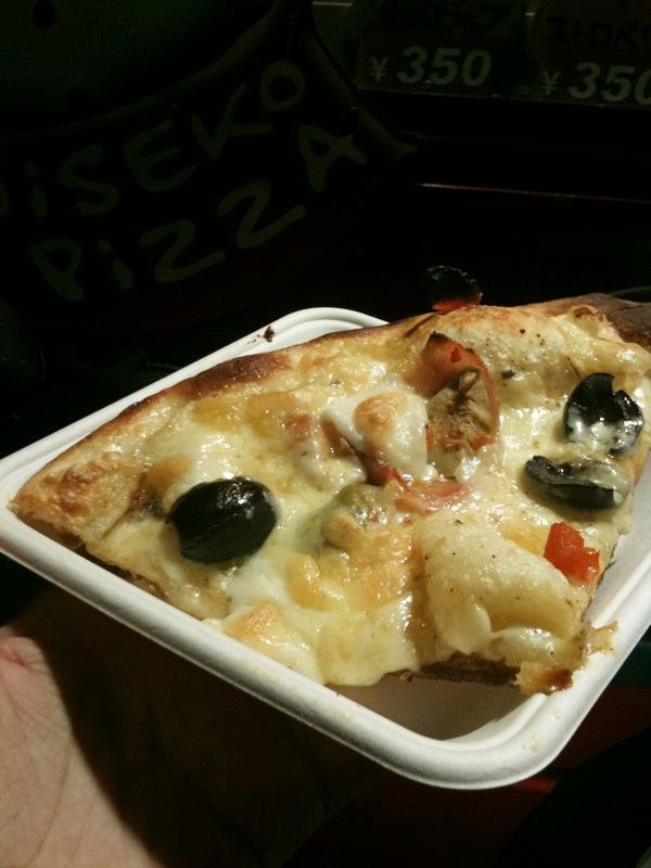 場外のピザ。焼きたてで美味しかった。