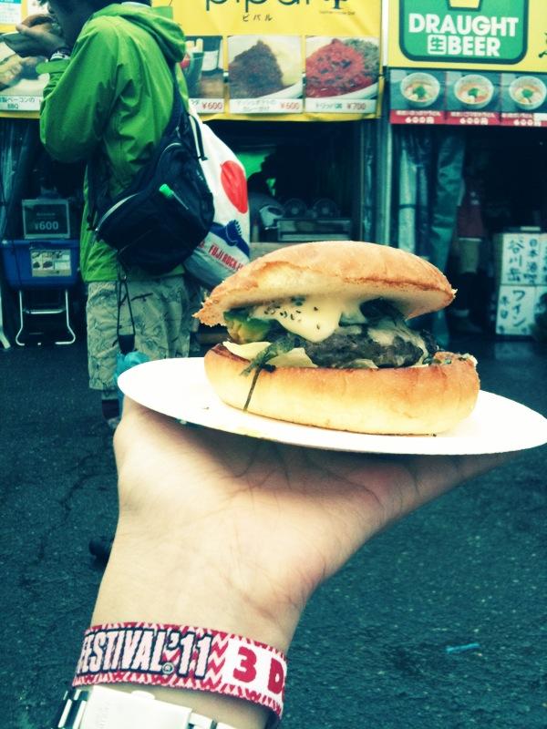 場外のアボカドハンバーガー。凄く美味しかった!!