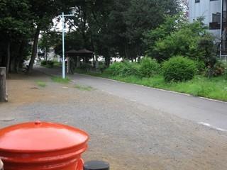 小平ふるさと村の丸型ポストから自転車道路向きへ