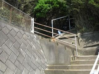 3人が登る階段