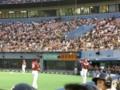 ベンチ前で投球練習中のラズナー