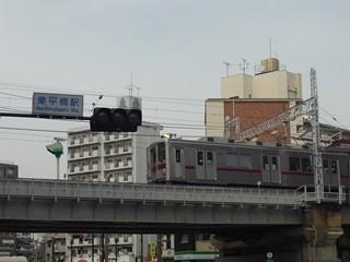 業平橋駅交差点看板と上り列車