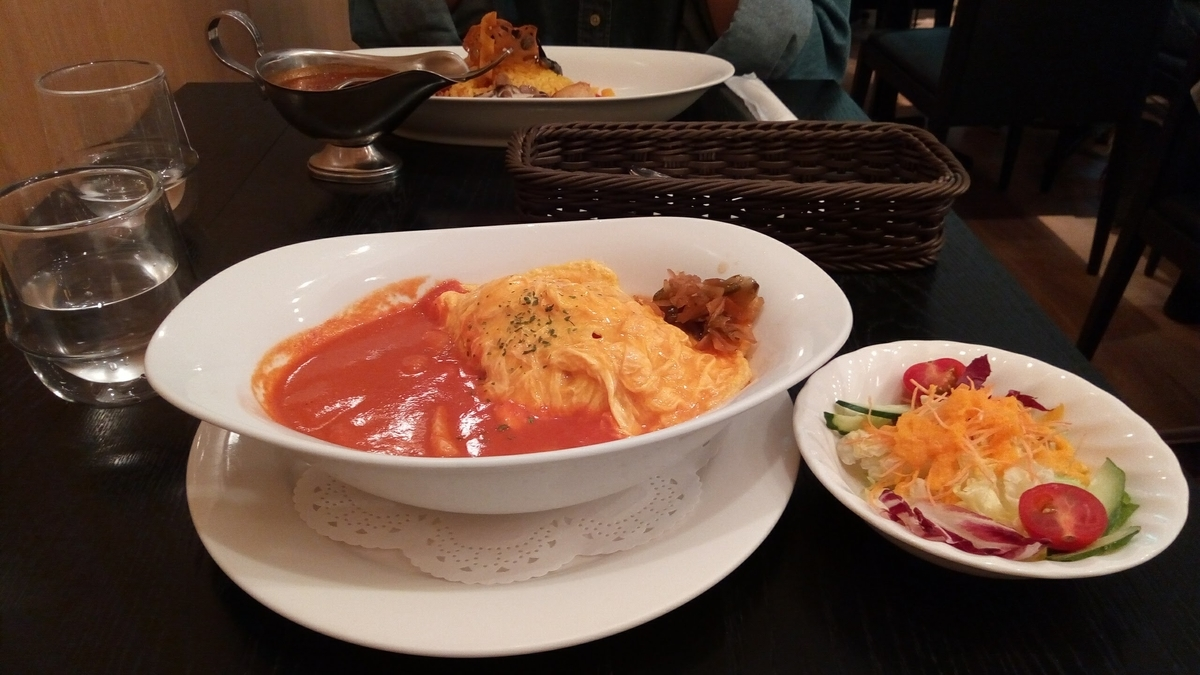 オムライス海老と帆立のトマトソース