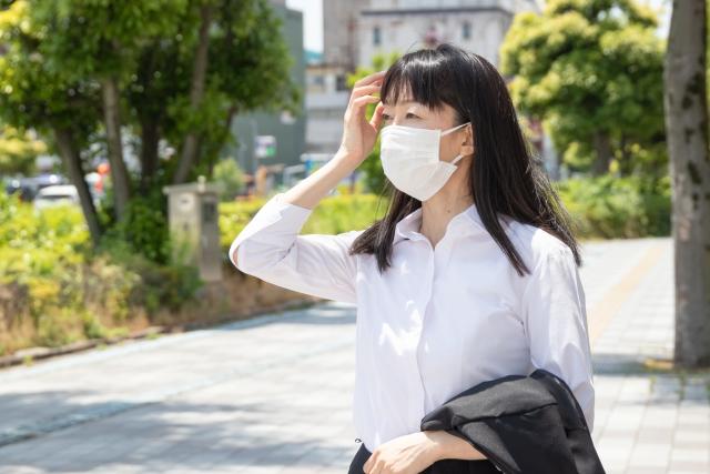 マスク姿の外歩きの女性