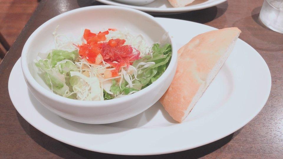フォカッチャとサラダの写真