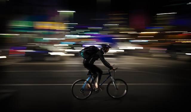 自転車で配達する男性の写真