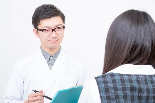 問診をする医者の写真