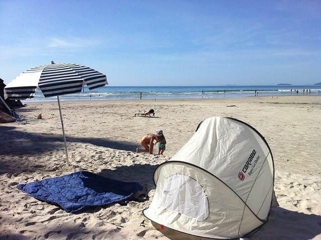 砂浜にあるテントの写真