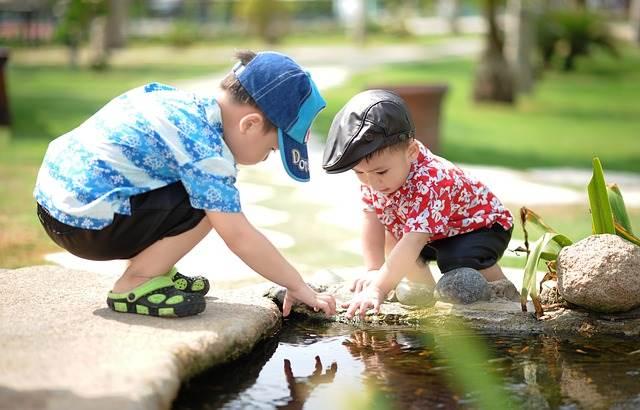 水遊びをする2人の子供の写真