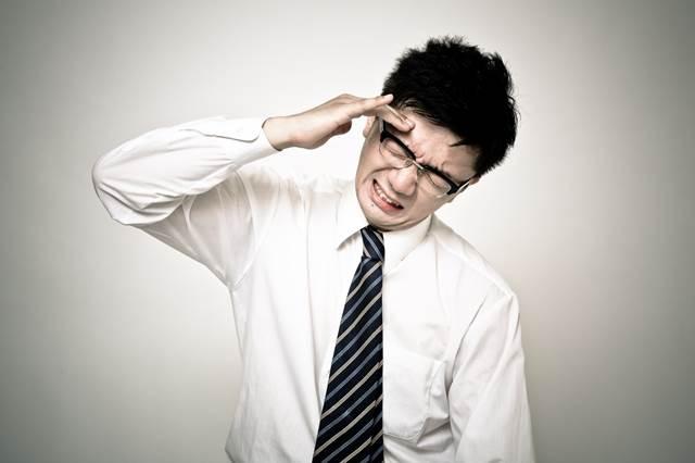 頭痛に苦しむ男性の写真