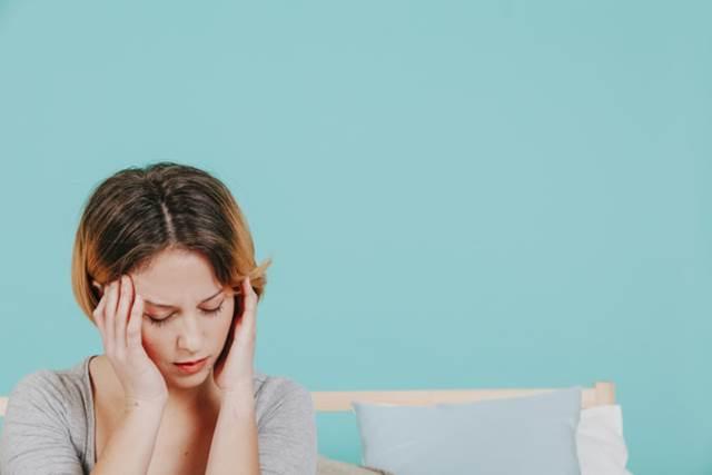 頭痛に苦しむ女性の写真