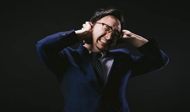 自律神経失調症に苦しむ男性の写真