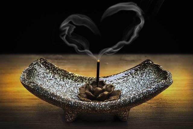 煙がハート型のお香の写真