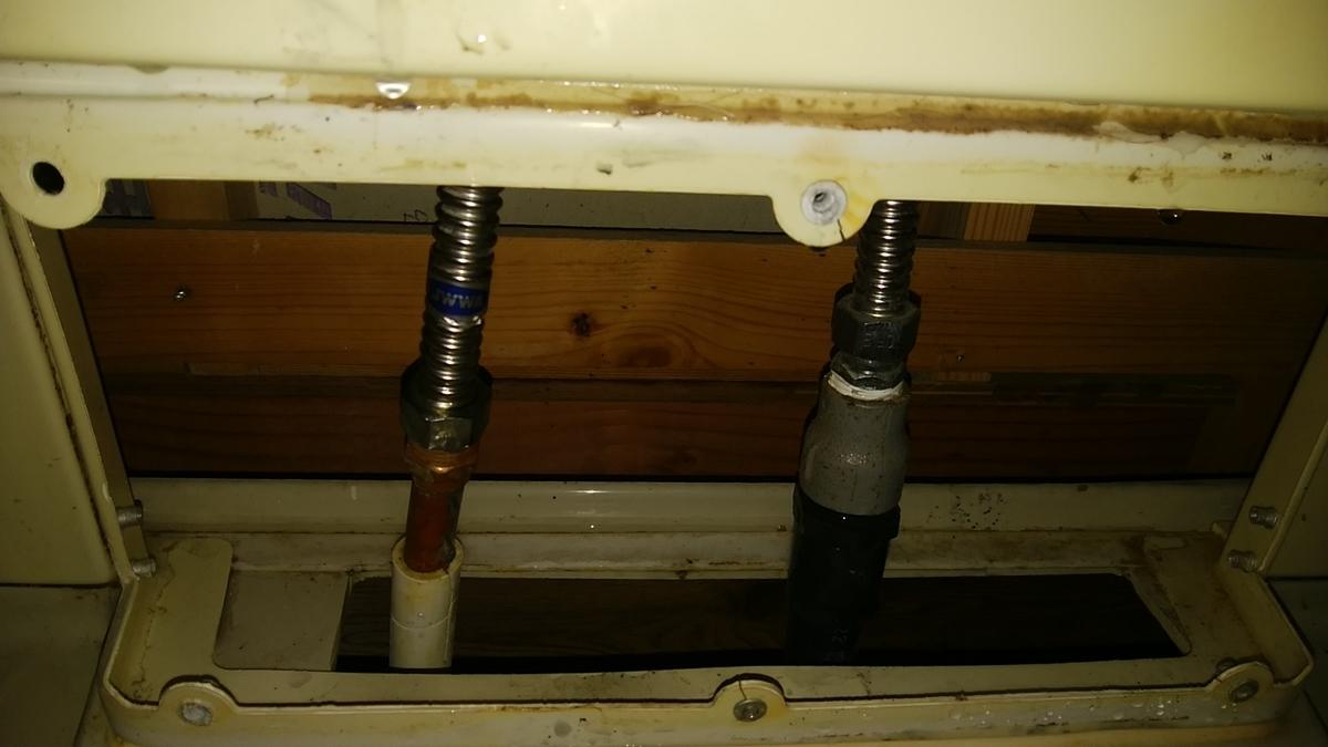 ユニットバスの裏側の配管の写真