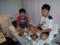 病院のベッドで夕食を食べる