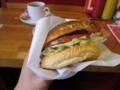 紙に包んだハンバーガー