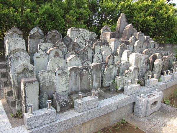 田喜野井不動尊 墓石群