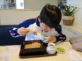 蕎麦を食べる次男