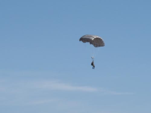 落下中の自由降下傘MC-4