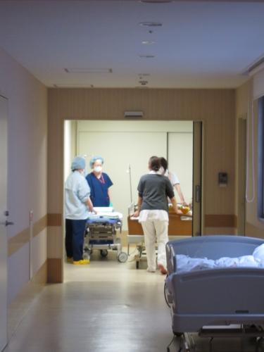 手術室に消えていく次男