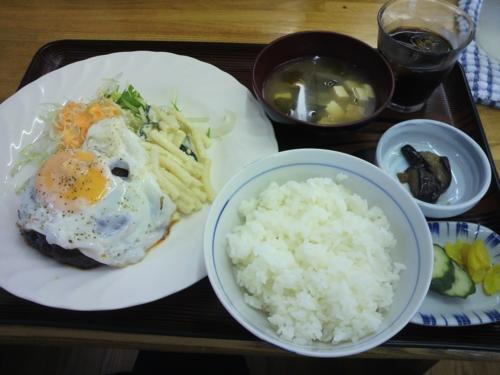 煮こみハンバーグ[目玉やき・アイスコーヒー付](650円)