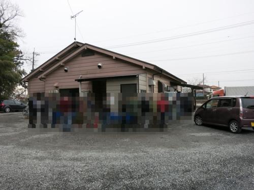 店を取り巻く開店前の30人超の行列