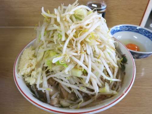 ラーメン豚入り(800円)ニンニク・ヤサイ+生たまご(50円)