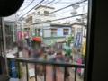 二階の窓から大道芸を望む