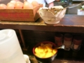 卓上の調味料と沢庵と佃煮と卵