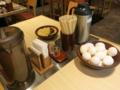 卓上の調味料と揚玉と生卵