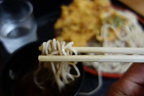 蕎麦を汁に浸す