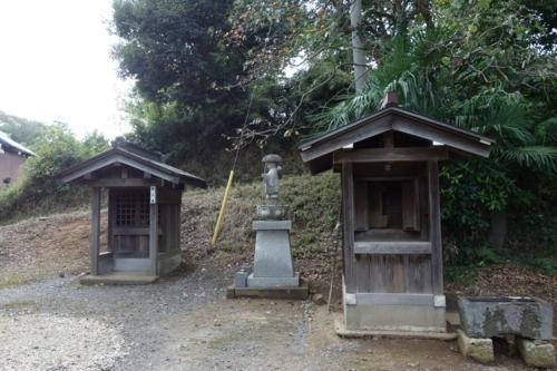 謎の祠と石造大師立像と第三番札所