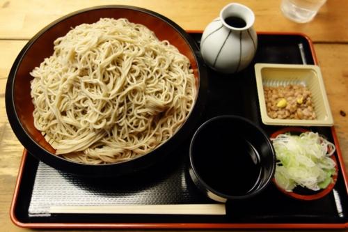 恵み蕎麦【特盛り650g】(800円)+納豆・モーニングサービス(0円)。