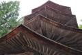 八角三重塔の軒下