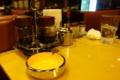 卓上の調味料と灰皿