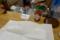 カウンターの調味料と紙エプロン