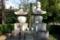 勝海舟夫妻墓石