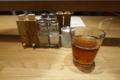 卓上の調味料と烏龍茶