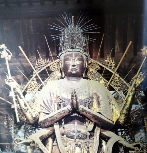 東大寺法華堂 国宝 不空羂索観音立像の写真
