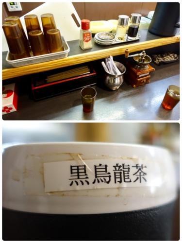 卓上の調味料と黒烏龍茶