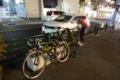 京成大久保駅前で輪行袋から自転車を出す