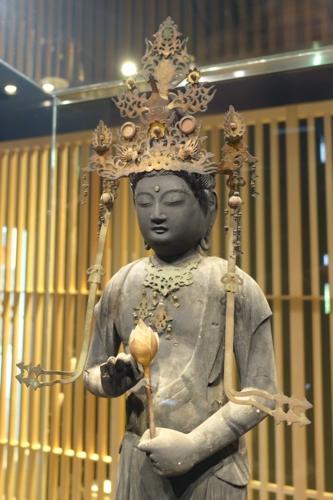 西浅井町集福寺聖観音立像 やや右斜近景