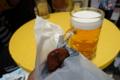 立ち飲みコーナーで生ビールとメンチ