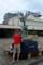 津田沼駅でチャリを輪行袋に詰める