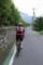 里山の路地を走る