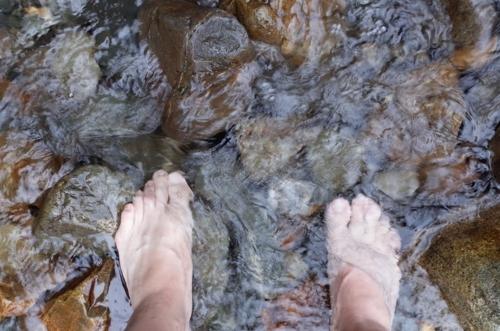 せせらぎに足をつけて顔を洗う