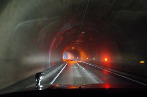長いトンネルをくぐる