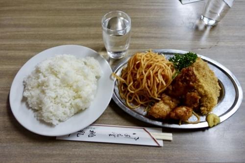 本日のランチ[チキンの唐揚げ・めんちかつ](500円)+ライス・付合せ大
